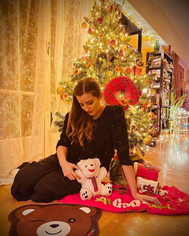Μαρία Κίτσου: Φωτογραφίζεται στο στολισμένο σαλόνι της μπροστά από το χριστουγεννιάτικο δέντρο! (εικόνα)