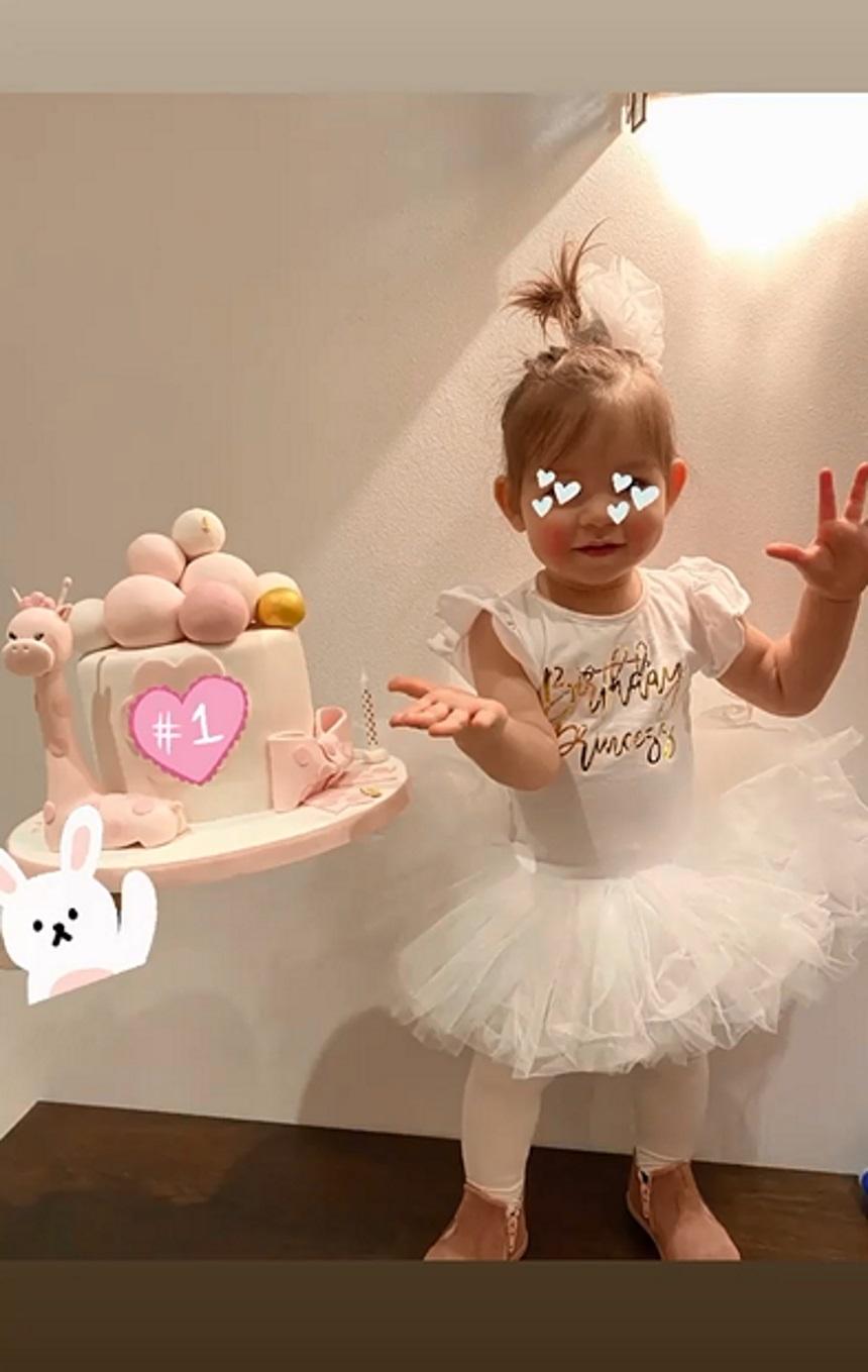 Σπανούλης – Χοψονίδου: Η όμορφη και ιδιαίτερη τούρτα που πήραν στηνκόρη τους που έγινε ενός! (εικόνα)
