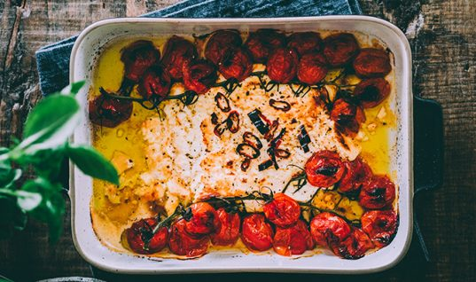 Η συνταγή που αντιγράφουν όλοι στο TikTok: Πέννες με φέτα και ντοματίνια!