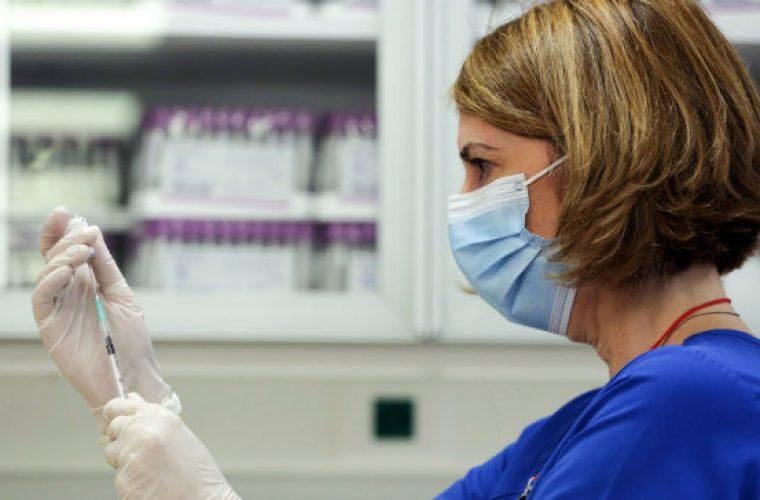 Τι πρέπει να προσέξουν όσοι έχουν εμβολιαστεί- Εξηγεί ο Ηλίας Μόσιαλος