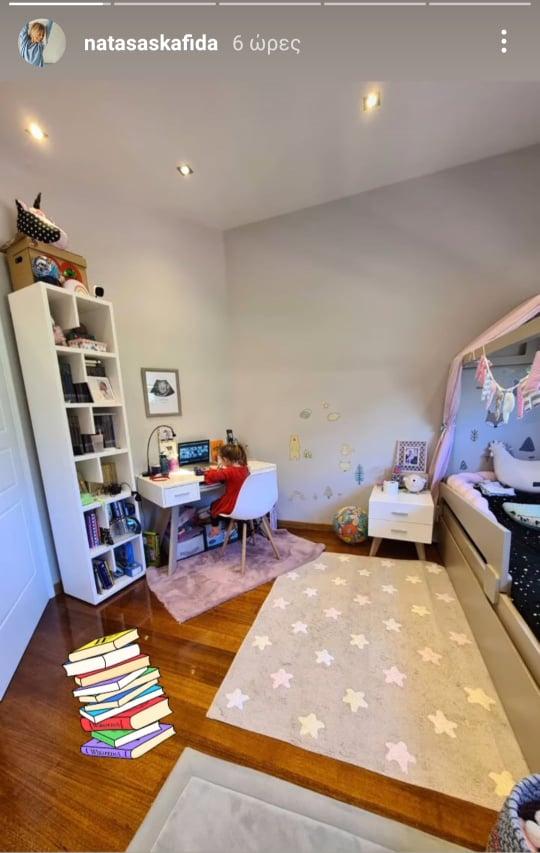 Σκαφίδα - Βαρδής: Μας δείχνουν το δωμάτιο της κόρης τους- Απλό, ευρύχωρο σε γκρι και ροζ! (εικόνα)