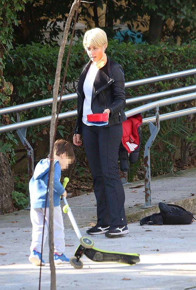Ο ορισμός της κλασικής Ελληνίδας μάνας: Η Σία Κοσιώνη σε βόλτα με τον γιο της και το ταπεράκι στο χέρι! (εικόνες)