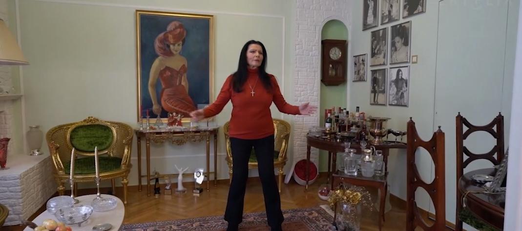 Ζωζώ Σαπουντζάκη: Μέσα στο υπέροχο σπίτι της στην Αρεοπαγίτου! Κυριαρχούν τα έντονα χρώματα και τα πορτρέτα (εικόνες)