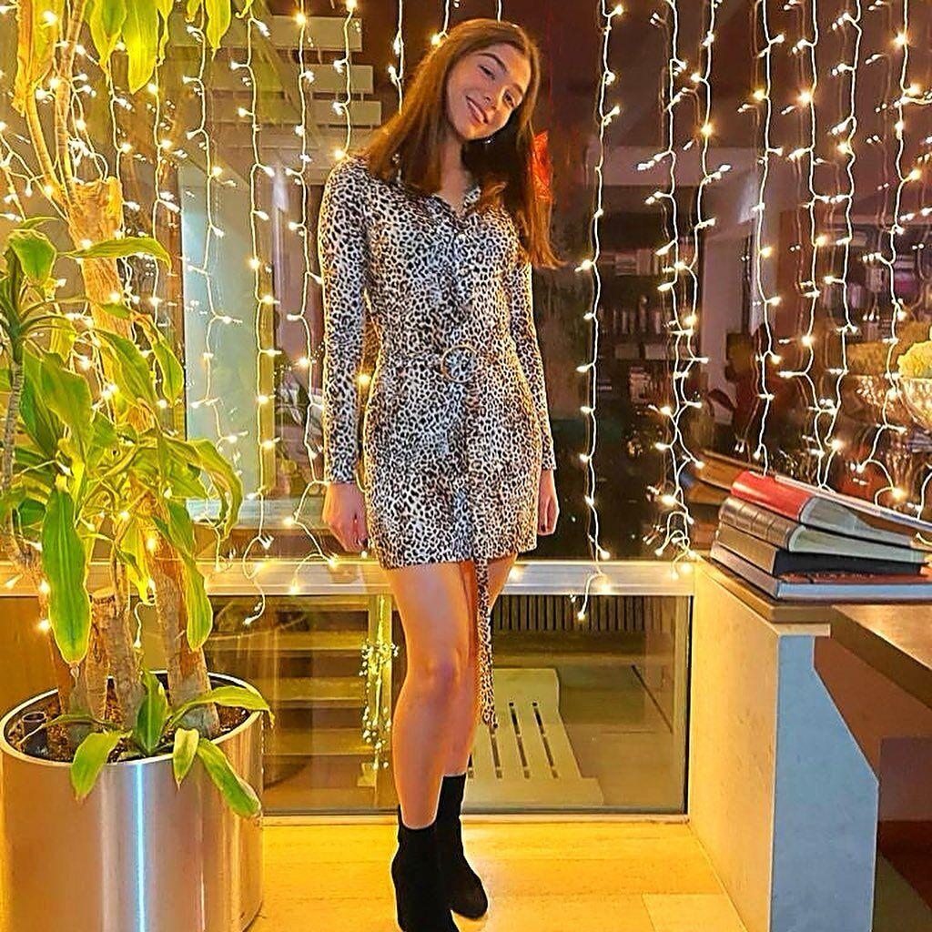 Σαν μοντέλο: Η κόρη της Βανδή, Μελίνα, ποζάρει με υπέροχο φόρεμα της Μπακοδήμου! (εικόνες)