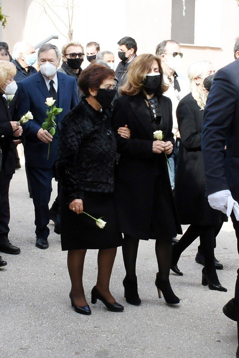 Τάκης Βουγιουκλάκης: Συντετριμμένη η Έφη Πίκουλα στην κηδεία του συζύγου της