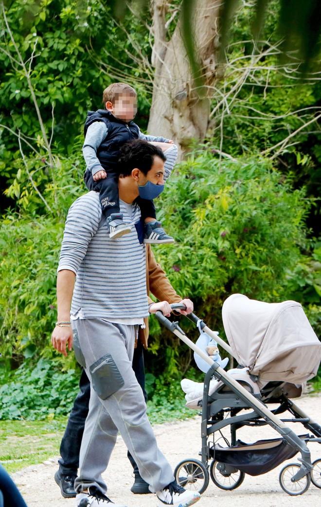 Τζένη Θεωνά- Δήμος Αναστασιάδης: Βόλτα και παιχνίδια με τον γιο τους! (εικόνες)