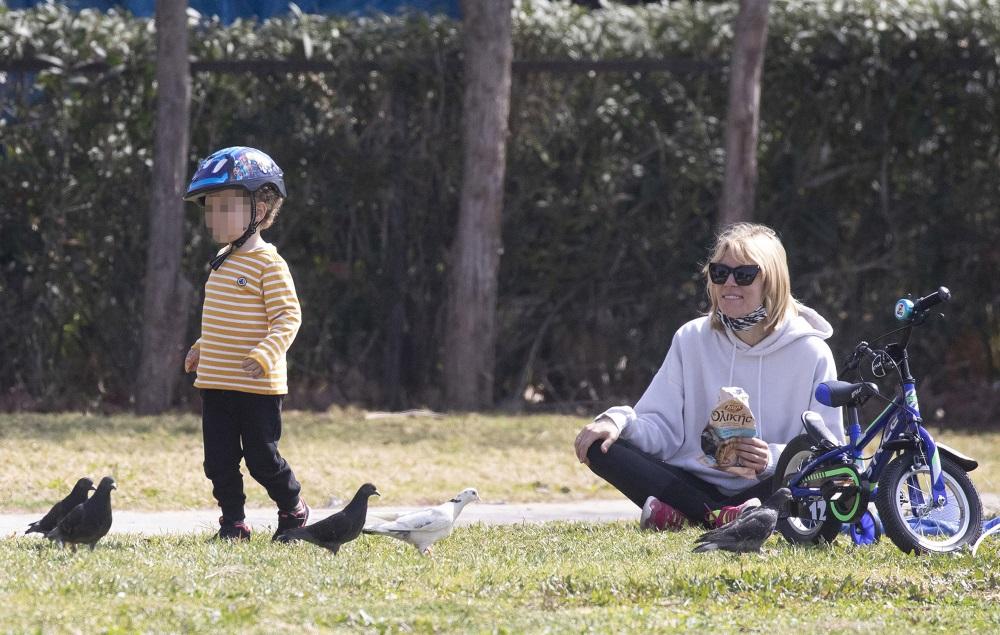 Βίκυ Καγιά: Βόλτα και παιχνίδια με τα παιδιά της στη Βουλιαγμένη με άψογο στιλ! (εικόνες)