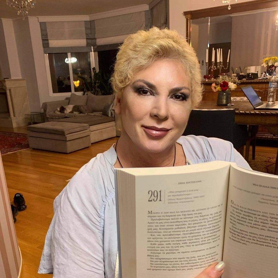 Δήμητρα Παπανδρέου: Φωτογραφίζεται στην τεράστια σαλονοτραπεζαρία της με ξανθό πολύ κοντό μαλλί! (εικόνες)