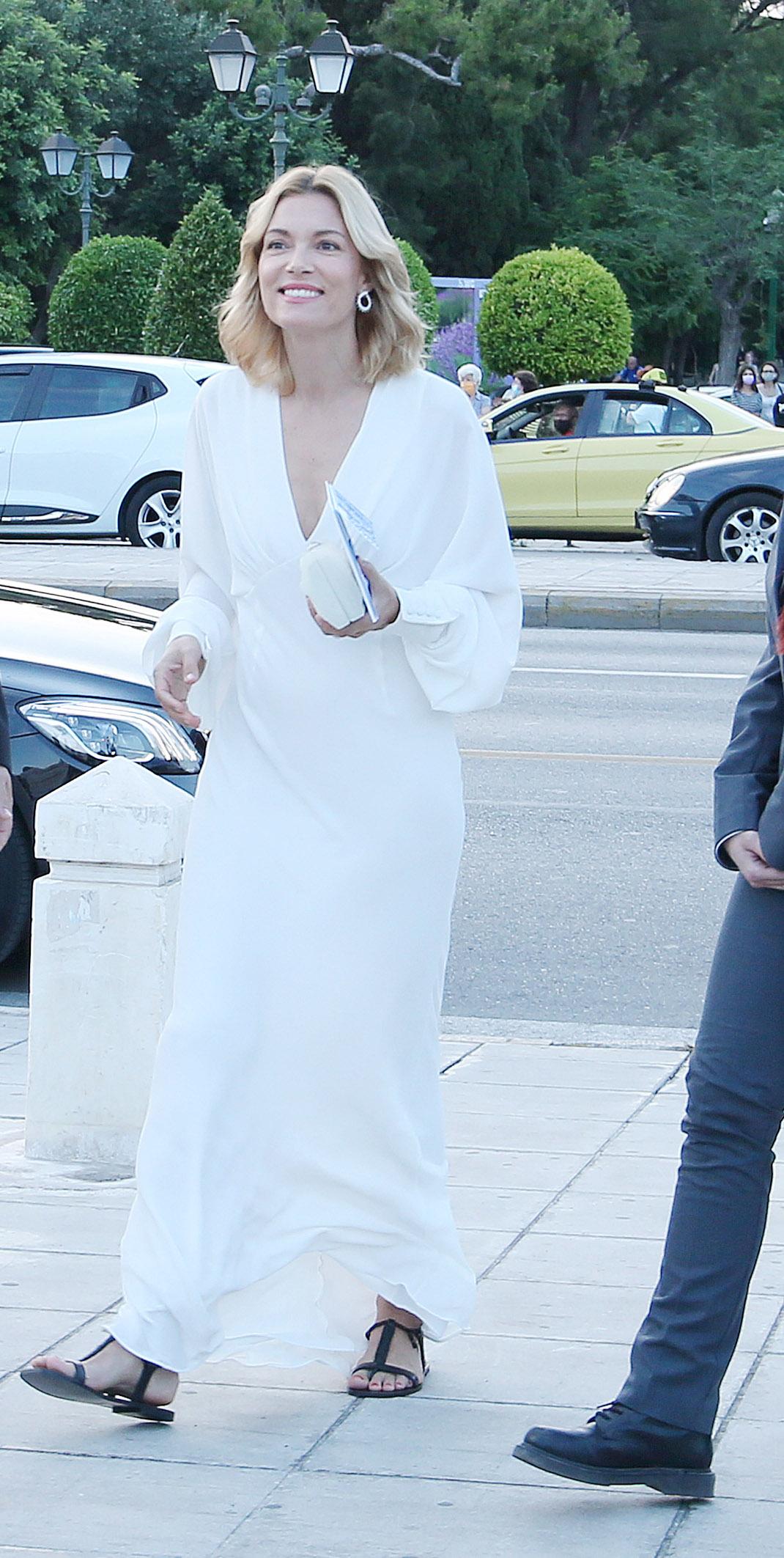 Απλά υπέροχη: Η λιτή και φινετσάτη εμφάνιση της Βίκυς Καγιά στο show του Dior! (εικόνες)