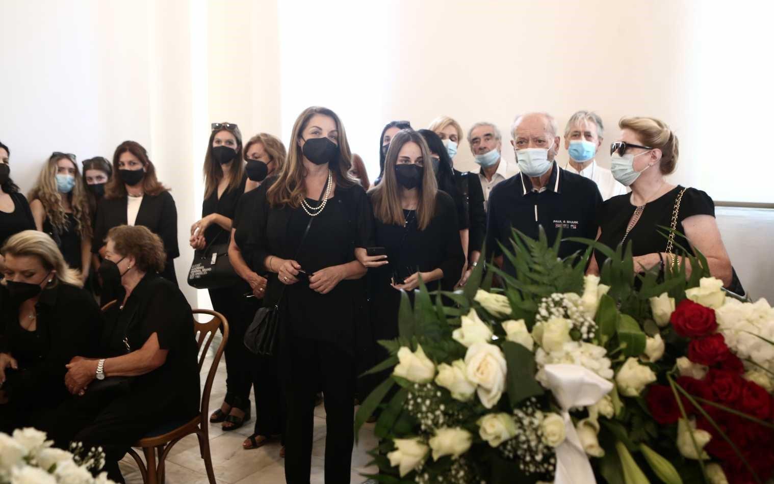 Τόλης Βοσκόπουλος: Συντετριμμένες η σύζυγος του και η κόρη του στο τελευταίο αντίο (εικόνες)