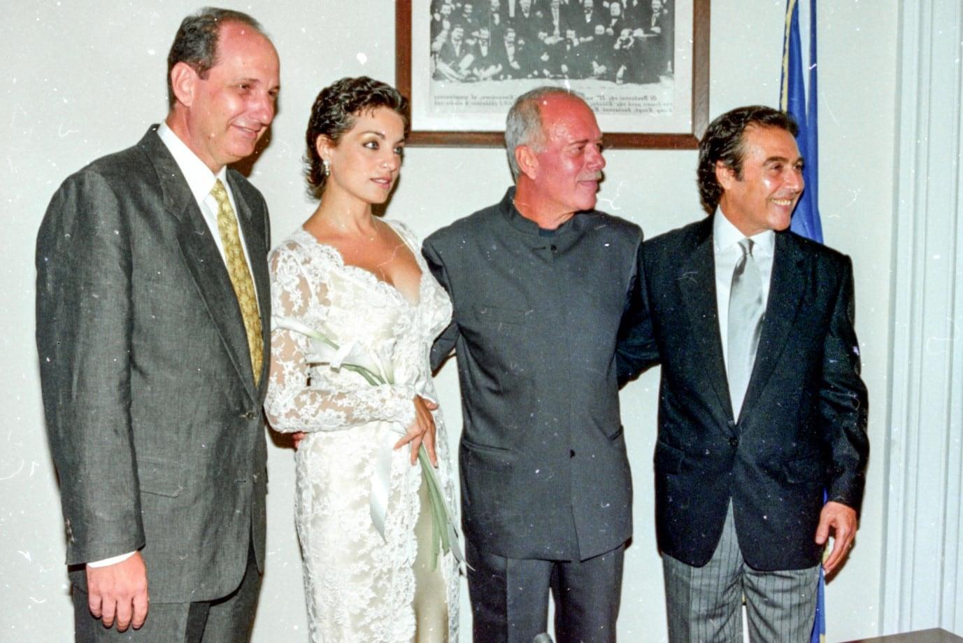 Φωτογραφίες απ' το γάμο Βοσκόπουλου- Γκερέκου με κουμπάρο τον Κουίκ: Με δαντελένιο νυφικό η νύφη