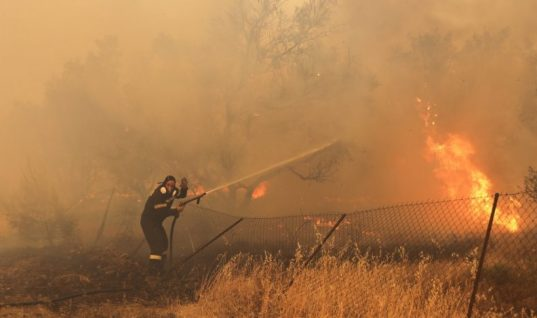 Διασωληνωμένοι δύο εθελοντές πυροσβέστες στο ΚΑΤ