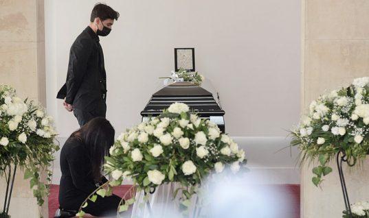 Κηδεία Άκη Τσοχατζόπουλου: Συντετριμμένη η Βίκυ Σταμάτη και ο 14χρονος γιος τους