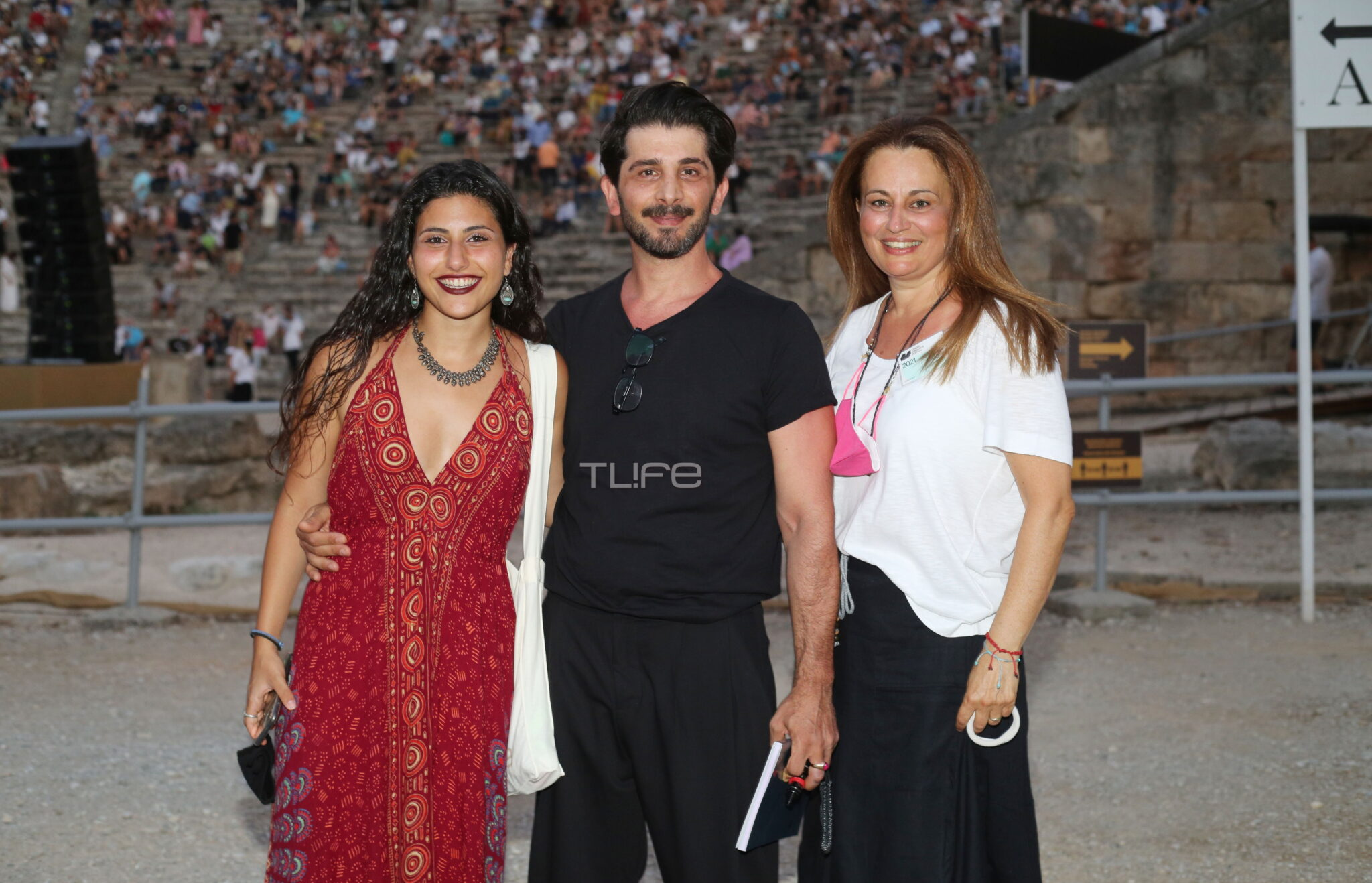 Ο Χρήστος Σπανός φωτογραφίζεται με τη σύζυγό του και την κόρη τους και λάμπει από ευτυχία! (εικόνα)