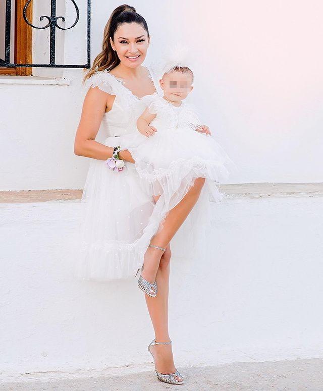 Η Αποστολία Ζώη έγινε νονά και έβαλε το ίδιο φόρεμα με το βαφτιστικό της μικρής! (εικόνες)