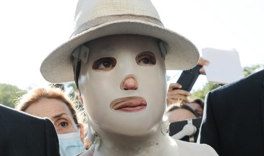 Συγκλονιστική στιγμή: Η εμφάνιση της Ιωάννας Παλιοσπύρου στο δικαστήριο-«Μπράβο» της φώναζε το πλήθος