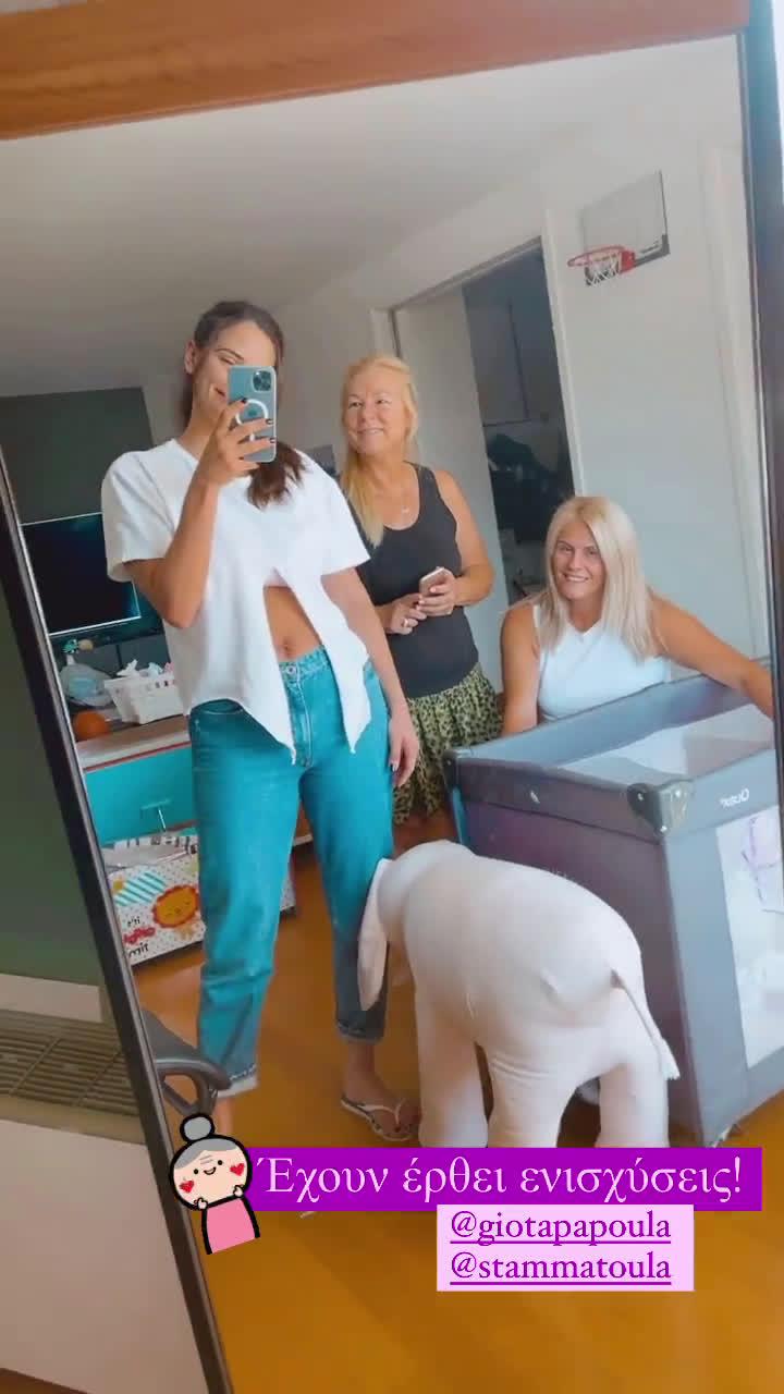 Έφερε ενισχύσεις: Η Χριστίνα Μπόμπα ποζάρει στο σαλόνι του σπιτιού της με τη μαμά και την πεθερά της! (εικόνα)
