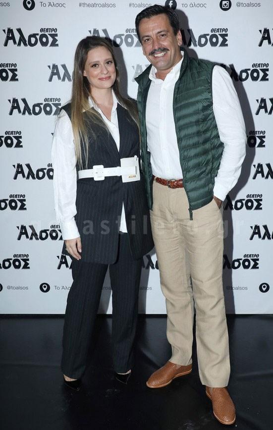 Ο Τόνι Σφήνος σε βραδινή έξοδο με τη σύζυγό του χωρίς περούκα και γυαλιά! (εικόνες)