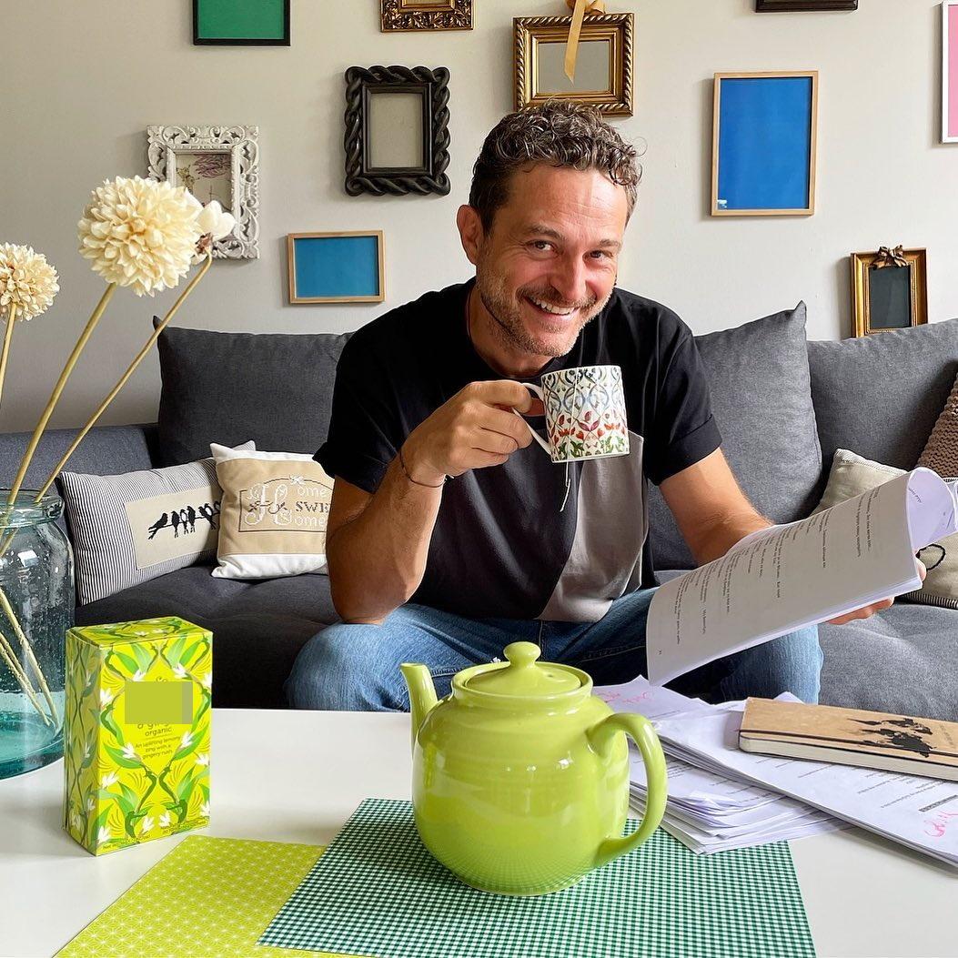 Ο Γιώργος Καραμίχος μας δείχνει το σαλόνι του σπιτιού του- Η ιδιαιτερότητα στις κορνίζες! (εικόνα)